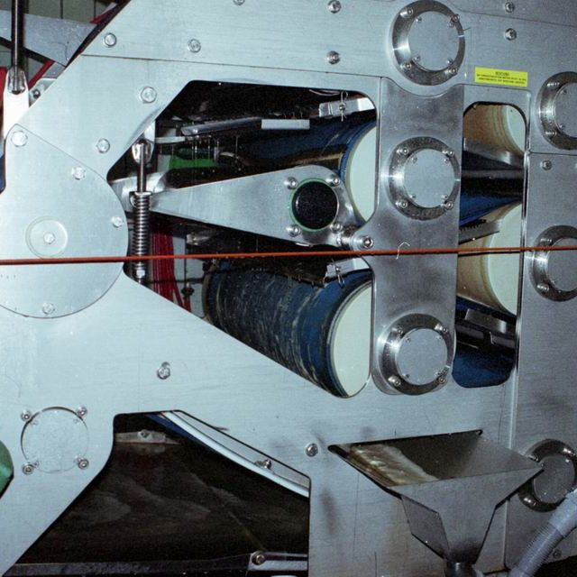 Zwischen zwei Siebbändern wird die Maische gepresst.
