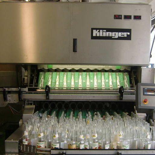 Nach etwa 10 min. verlassen die Flaschen blitzblank gesäubert wieder die Flaschenwaschmaschine.