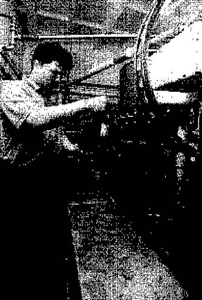 Torsten Sell kontrolliert den Flaschenlauf auf dem Abfüllband.
